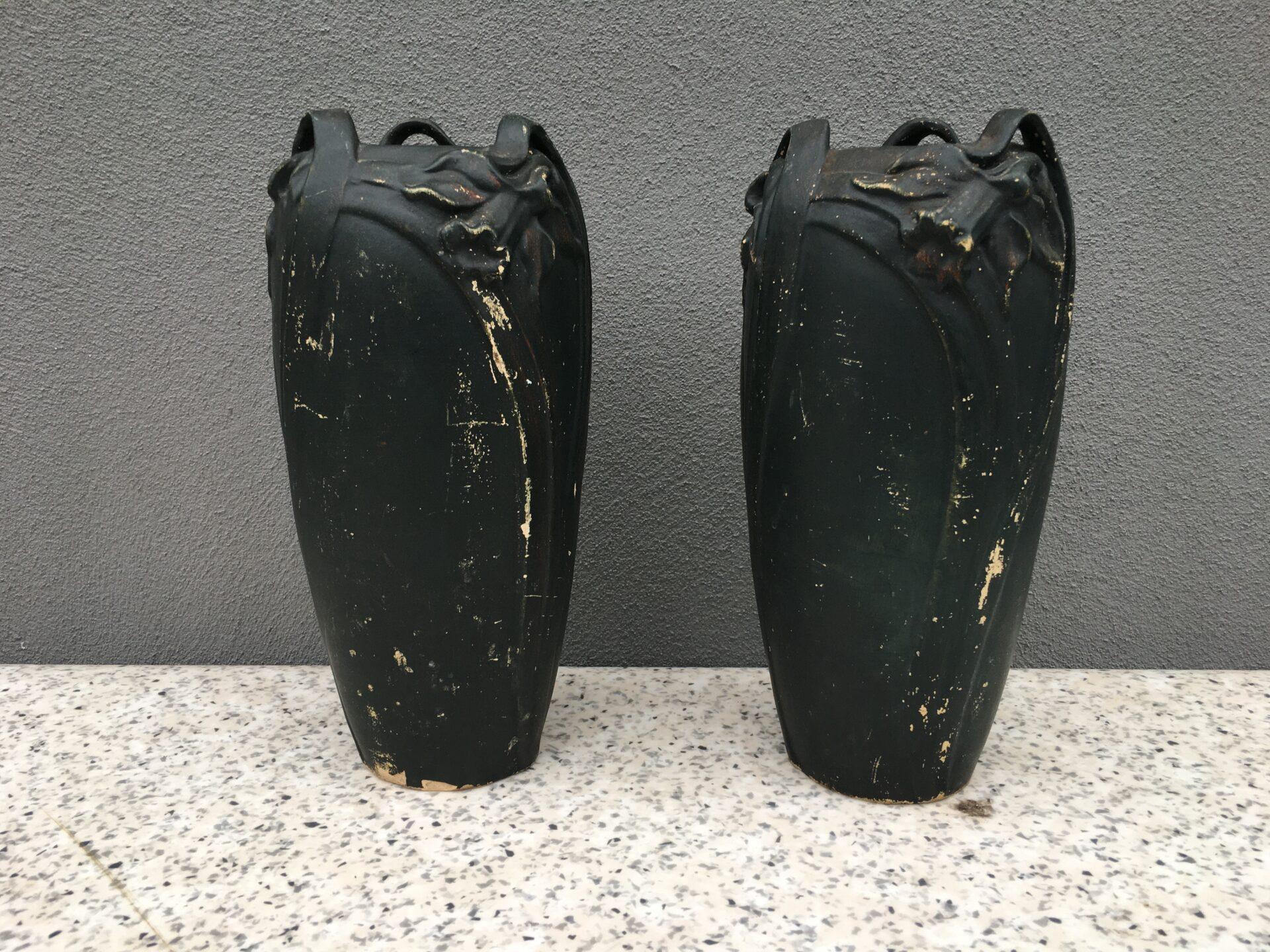 2 stk utydeligt signeret vaser i jugendstil, (Mich. Andersen eller Ipsen ?) h=26 cm, pris ialt 800kr