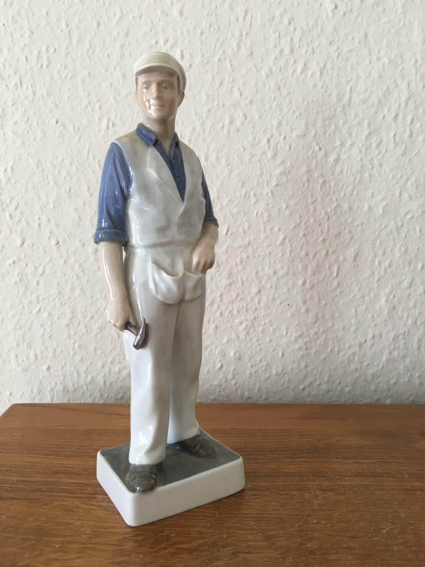 Kongelig figur, tømrer, nr. 4535, 1. sortering, fejlfri, h=23 cm, pris 500 (defekt)