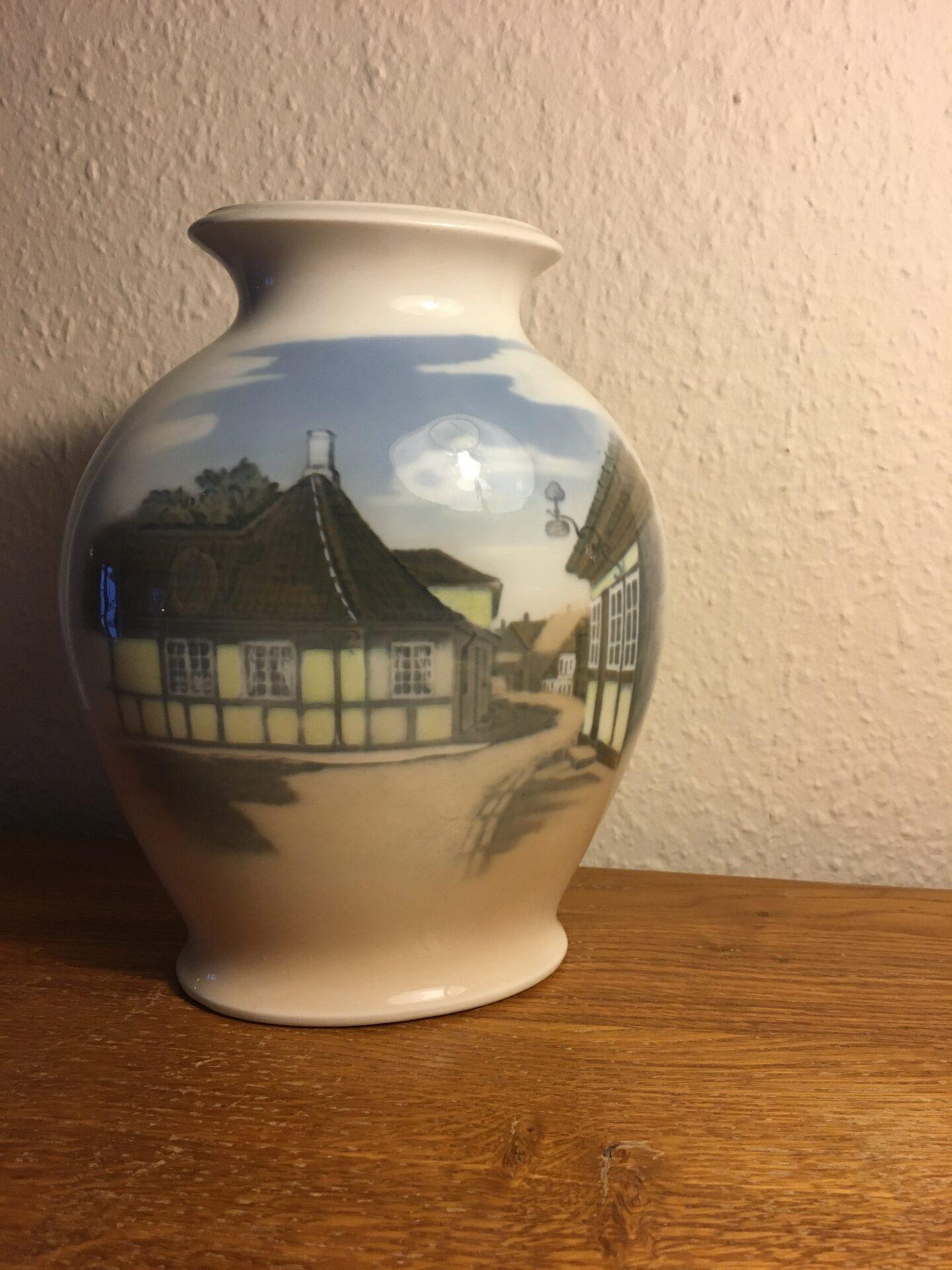 Kongelig vase, nr. 4588, 2. sortering, h=23 cm (H.C.Andersen's hus). pris 400kr