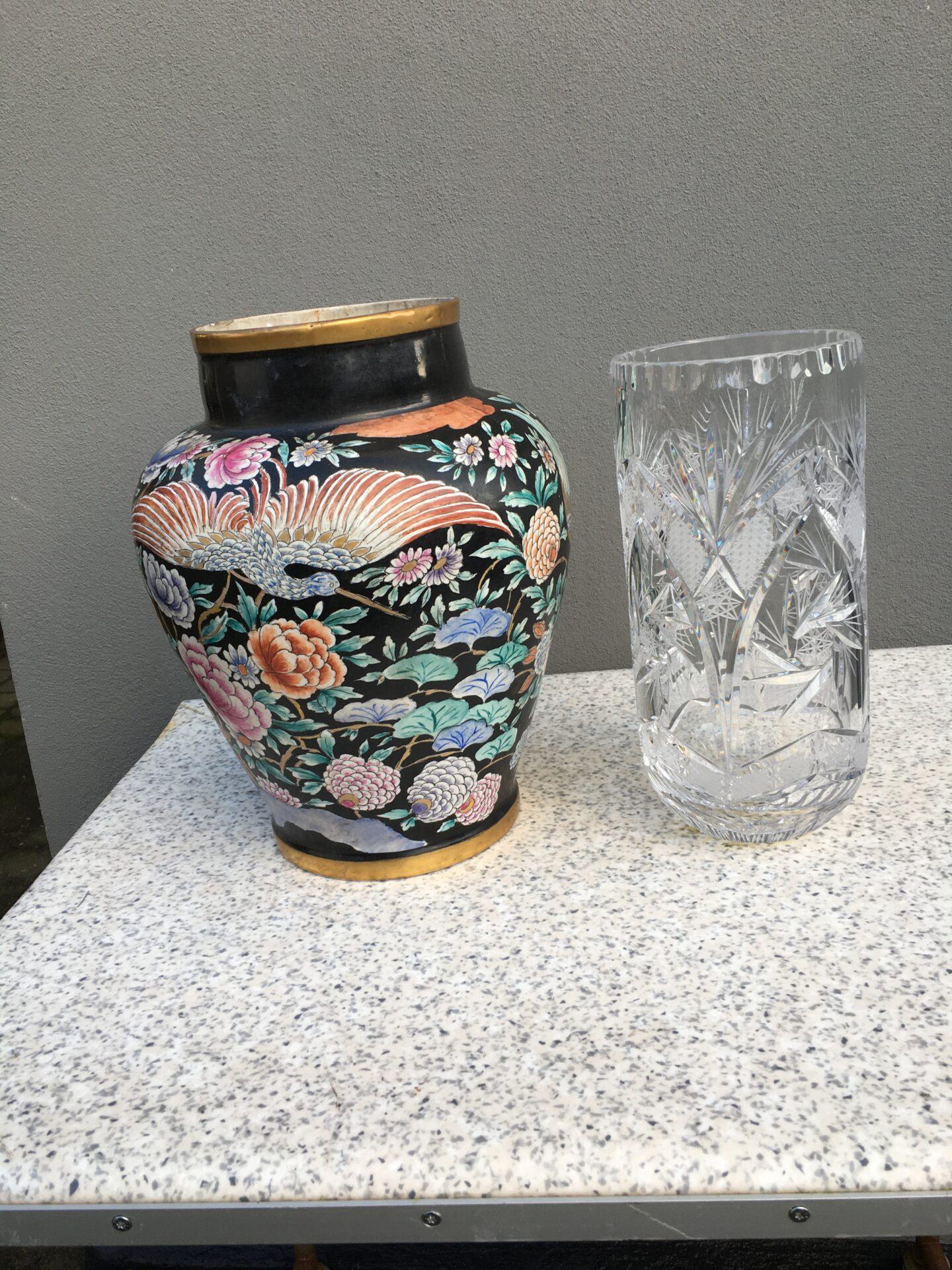 Store buketter = store vaser. Antik porcelænsvase, h=35 cm, 500kr. Krystalvase, h=30 cm, 300 kr