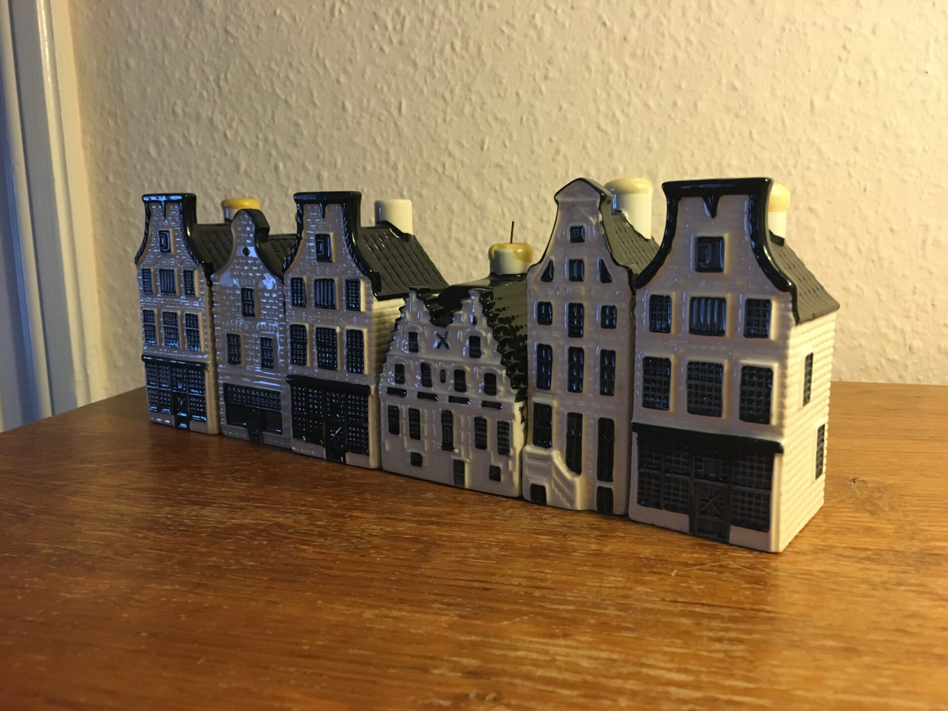 KLM, Delft porcelæn, Amsterdamhuse, miniature flere med Genever fra BOLS. 6 stk i alt 500kr