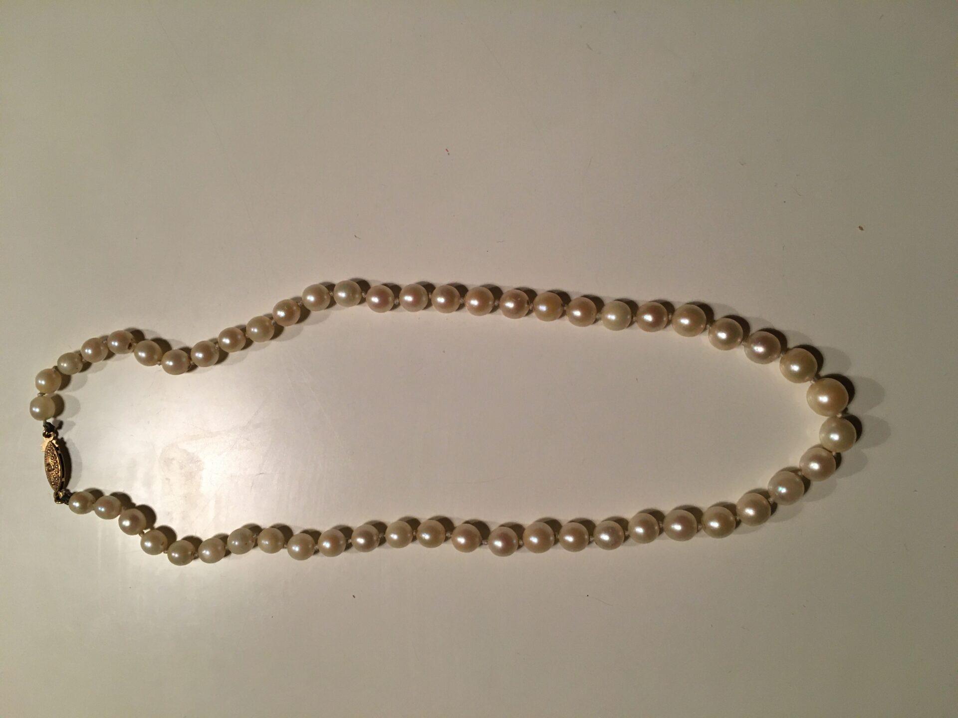 Perlekæde med lås af 18  karat guld (stemplet 750), perler i forløb,l=42 cm, pris 1200kr