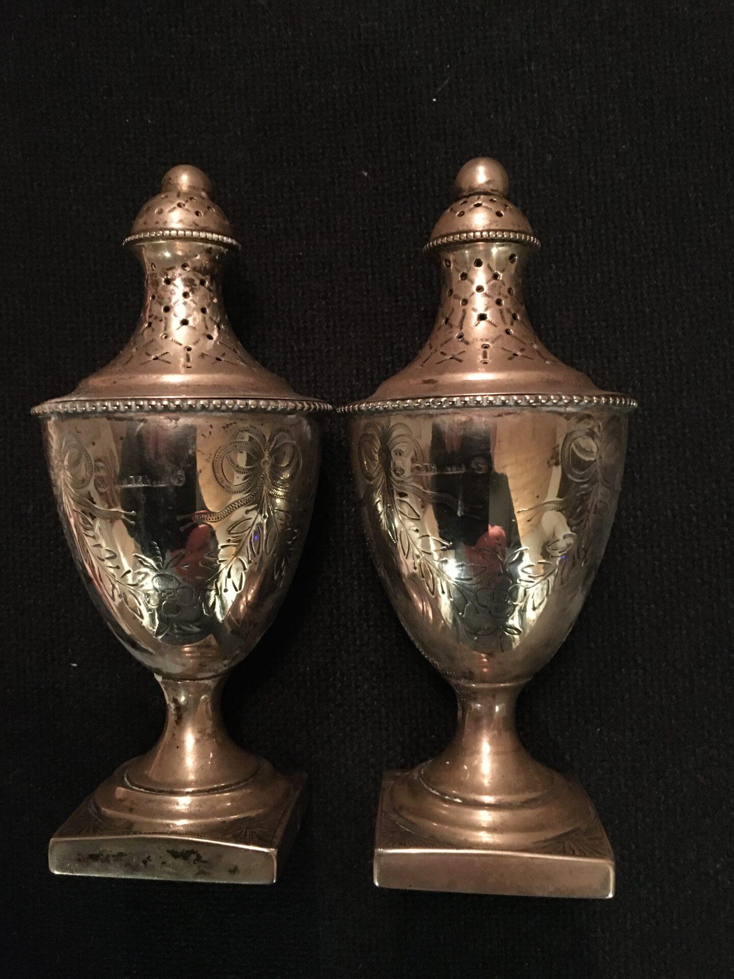 2 stk empire strødåser, h= 13 cm, 1800-tallet, stemplet L.Berth + 3 tårne+??. I alt 1500kr