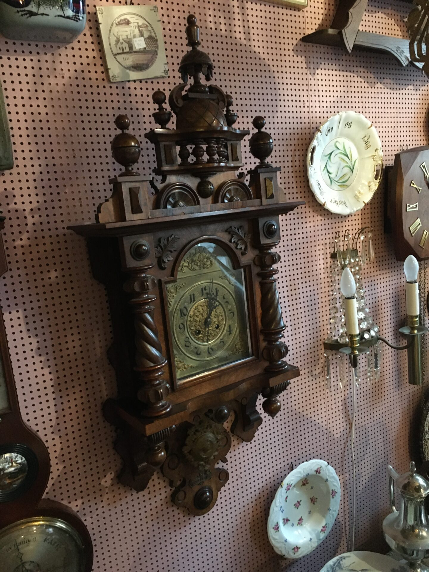 Antikt vægur i mahognikasse (går og slår), pris 1200kr