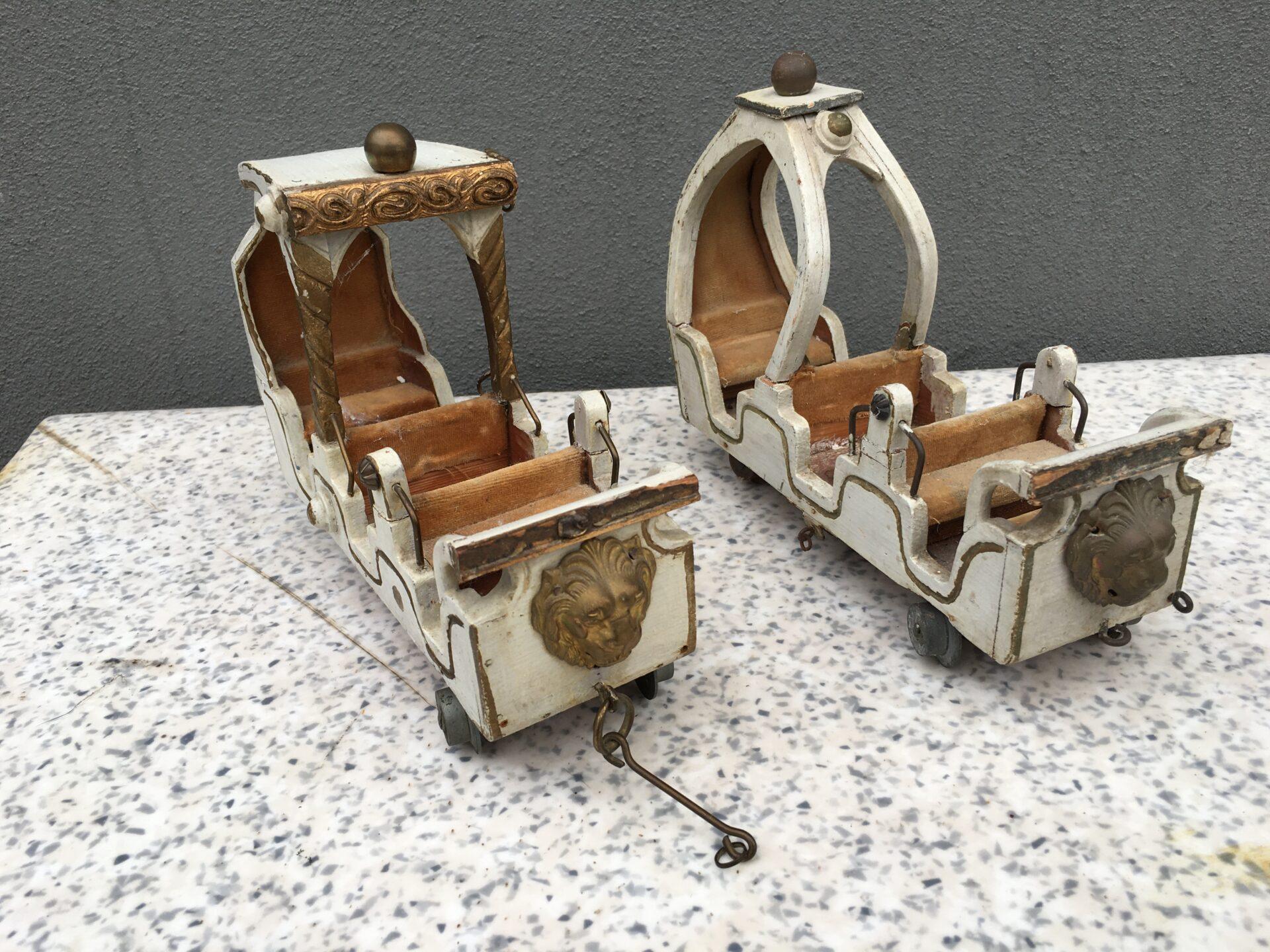 Karrusselvogne fra en antik legetøjskarrussel, vognlængde=23 cm. pris pr stk 250kr (3 stk på lager)