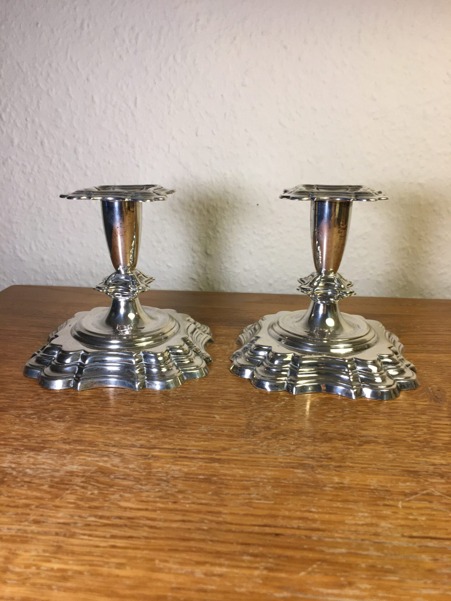 2 stk nypudsede lysestager af 3-tårnet sølv, h=10,5 cm, pris 1000kr