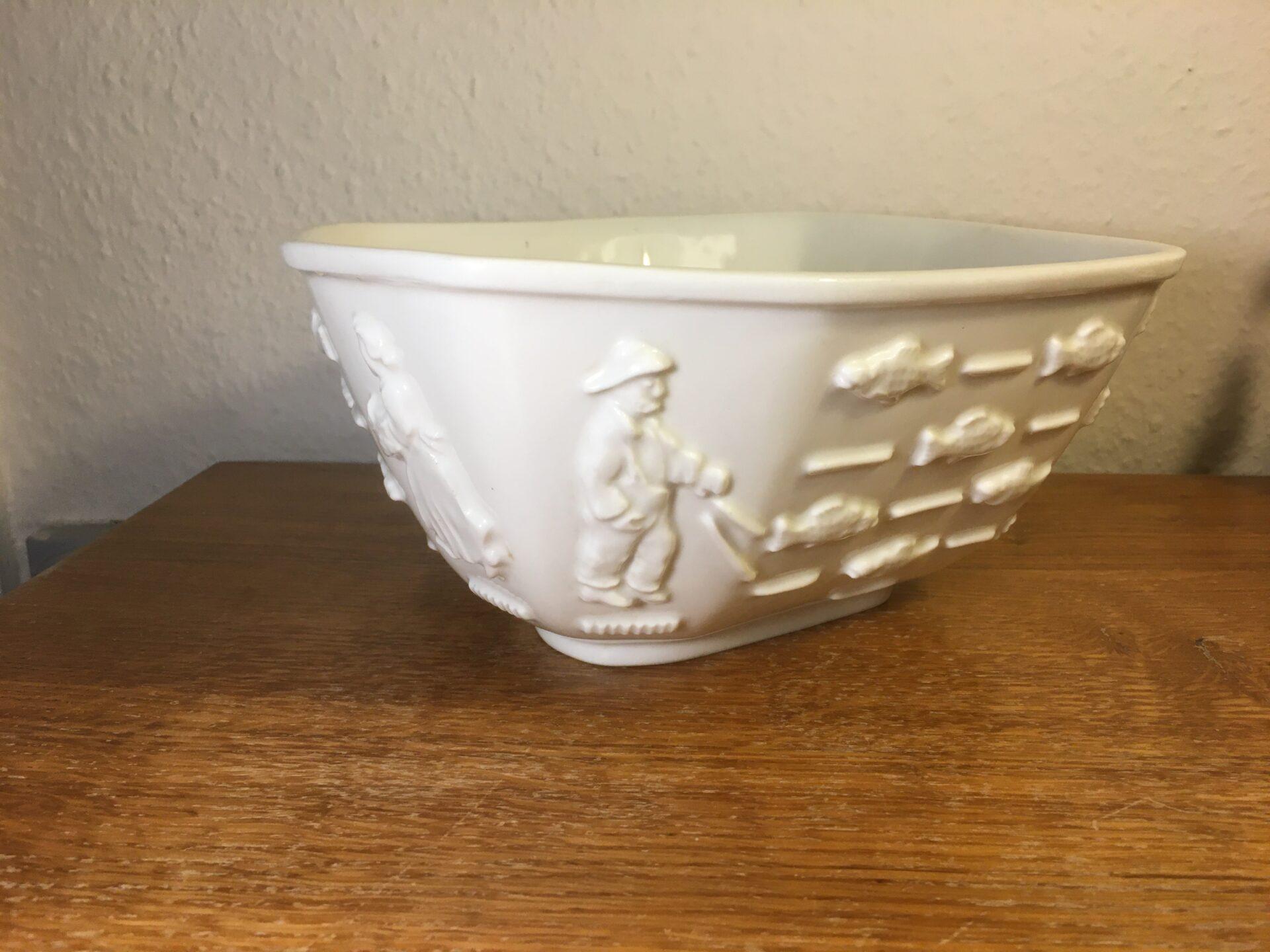 Kongelig porcelæn,nr 4085, stor asymetrisk skål med ornamentale figurer (fiskefamilie) pris 800kr