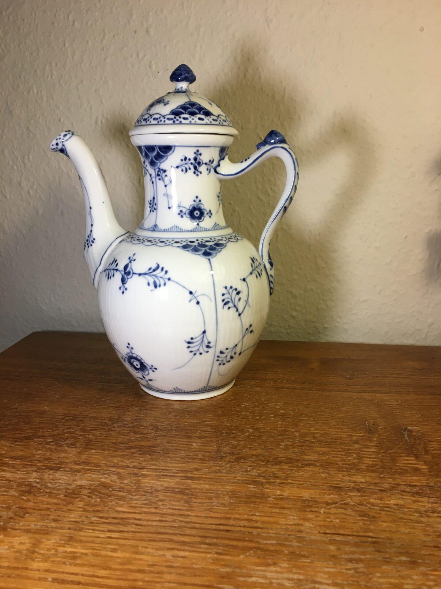 Kongelig Porcelæn, Kaffekande, musselmalet halvblonde, nr.1/519, 1. sort. fejlfri, pris 800kr-
