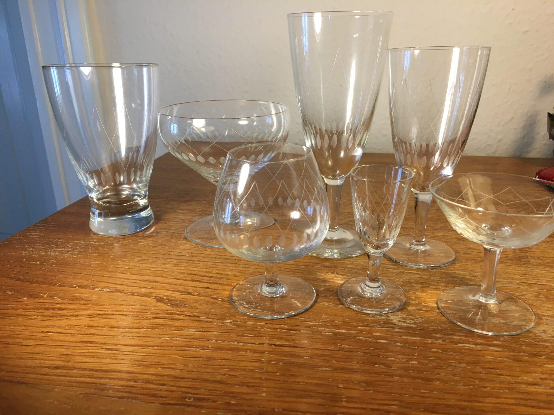 Krystalglas med slibninger (kryds +oliven), ukendt, 58 stk kan afhentes for 500krl