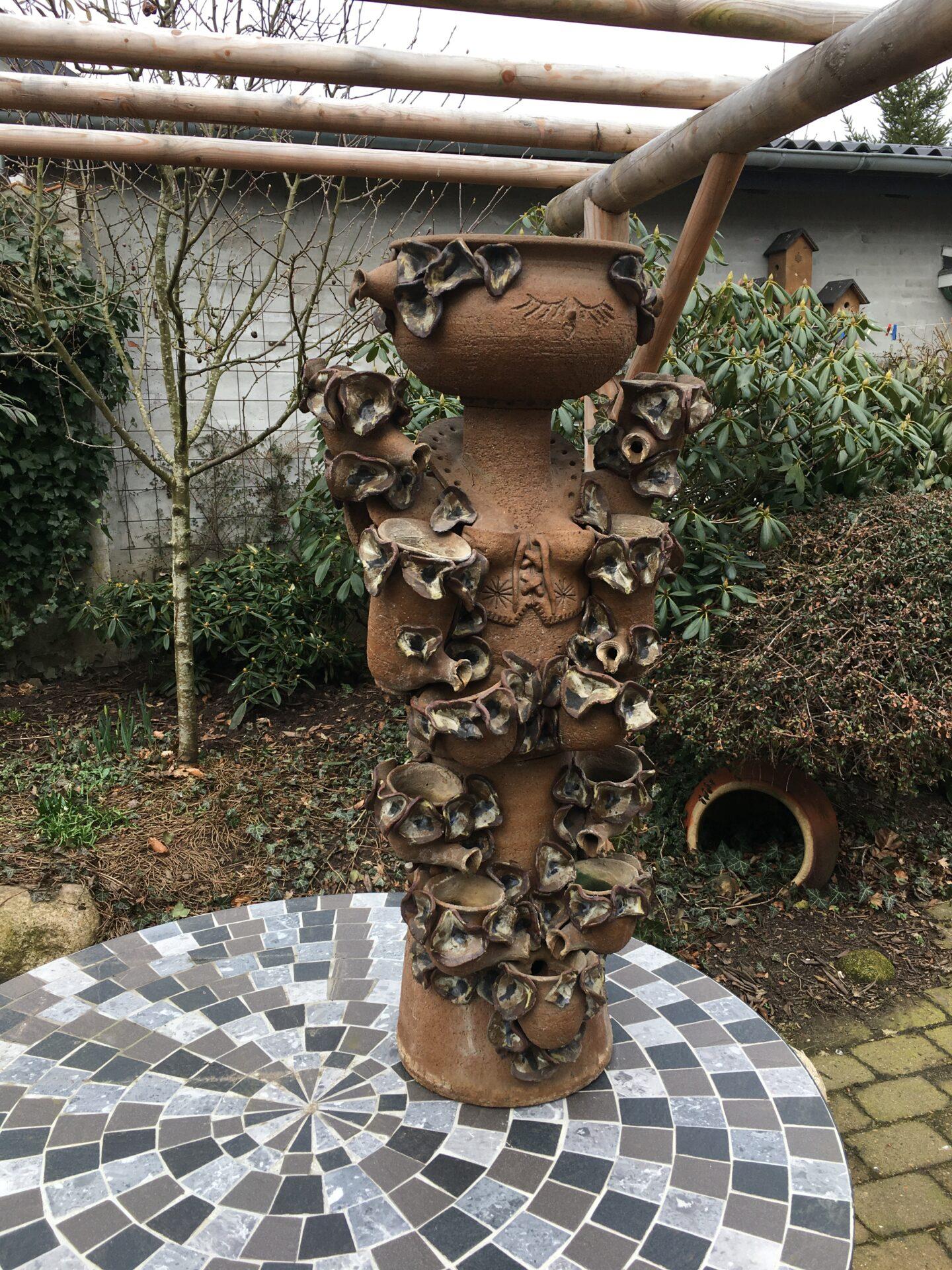 Blomsterpige, Fontaine af stentøj, AJMO design, h =88 cm (3 delt og tung). Pris 800 kr