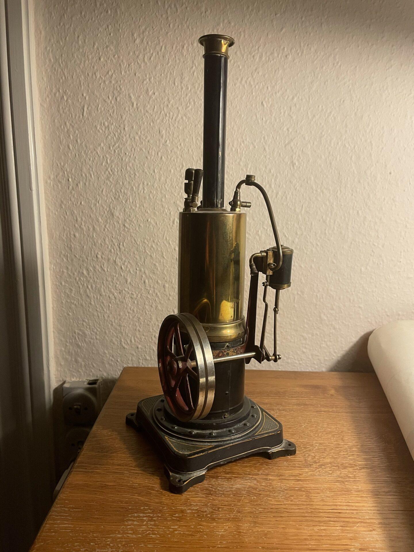 Antik legetøjs dampmaskine, messing, h=40 cm, pris 1500kr