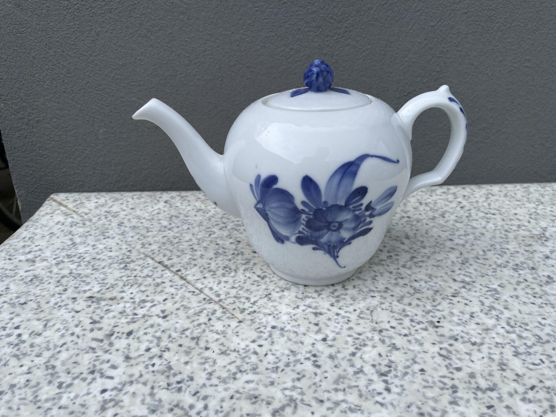 Kongelig Blå Blomst, flet, tekande nr 8244, 1. sortering, pris 700 kr.