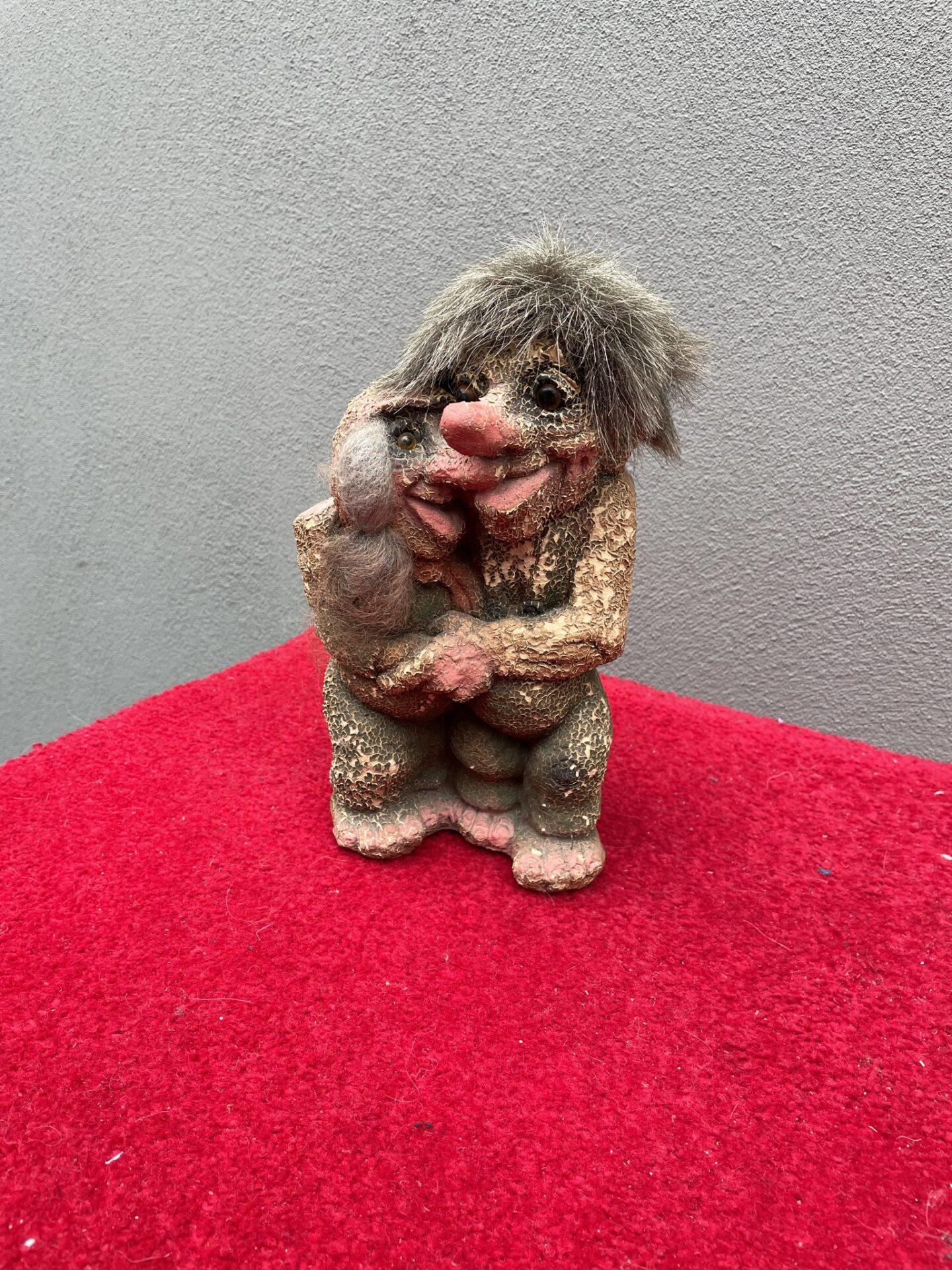 Et norsk troldepar  fra ca  1980, pris 200kr (let krakkeleret)
