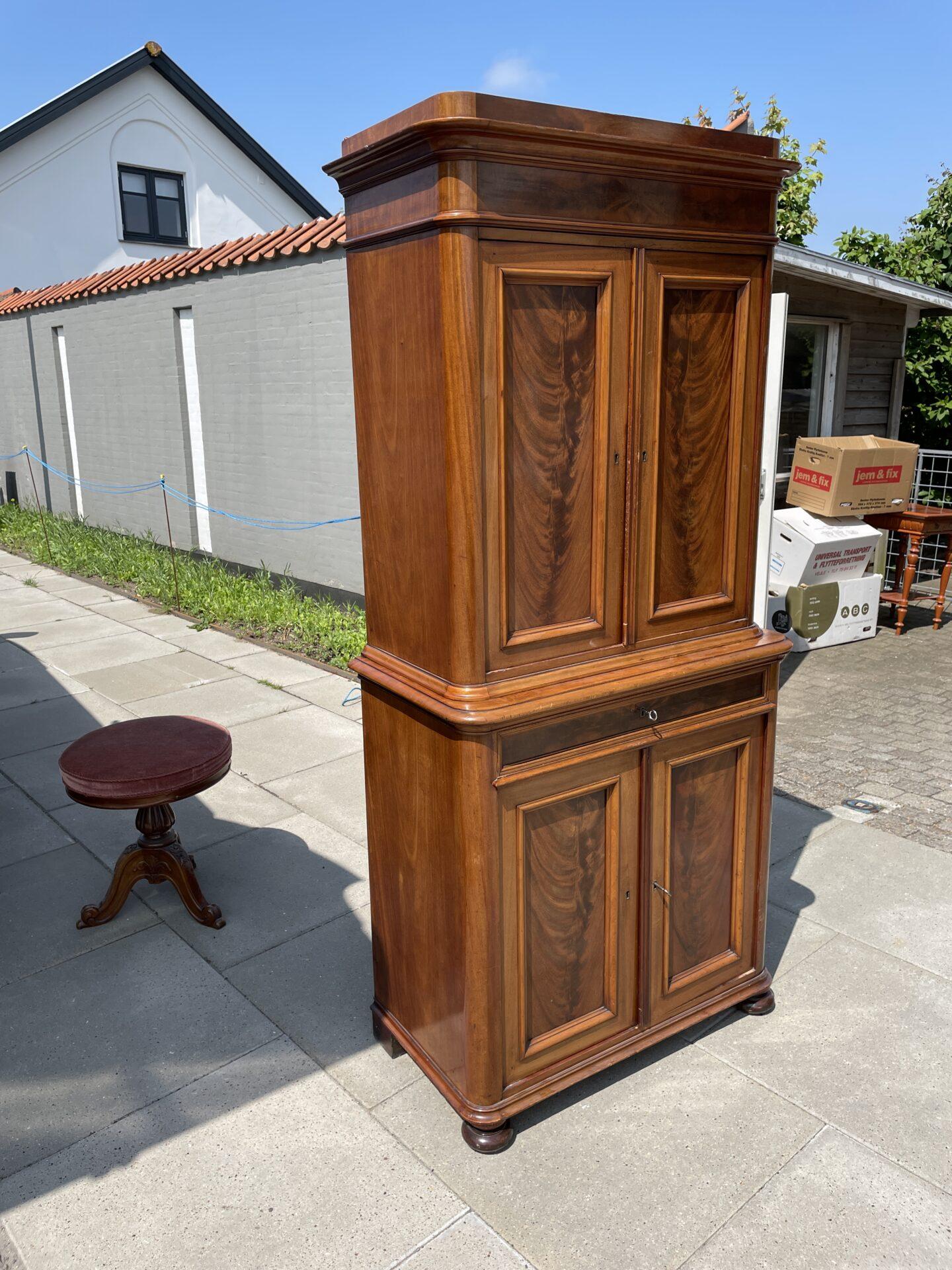 Antikt mahogniskab far 1800-tallet, velholdt, h=178 cm, b= 82 cm. Pris 1500kr