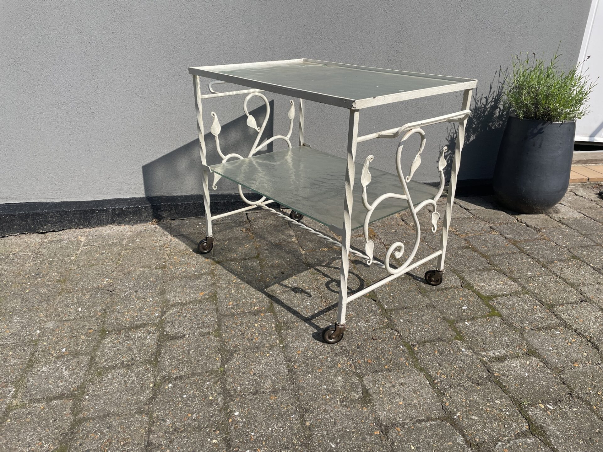 Retro blomsterbord/barbord  på hjul, 60x40 cm, h= 58 cm, pris 800kr