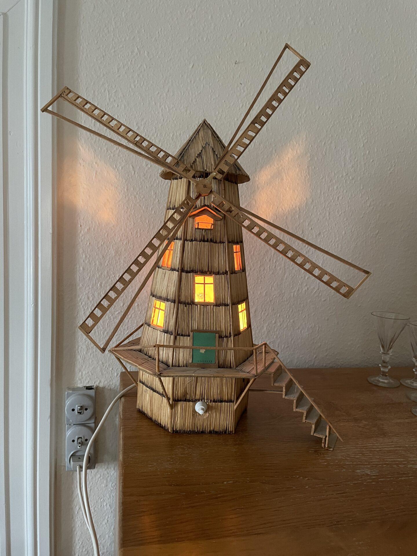 Bordlampe som mølle, fremstillet af tændstikker. H= ca 45 cm, pris 300kr