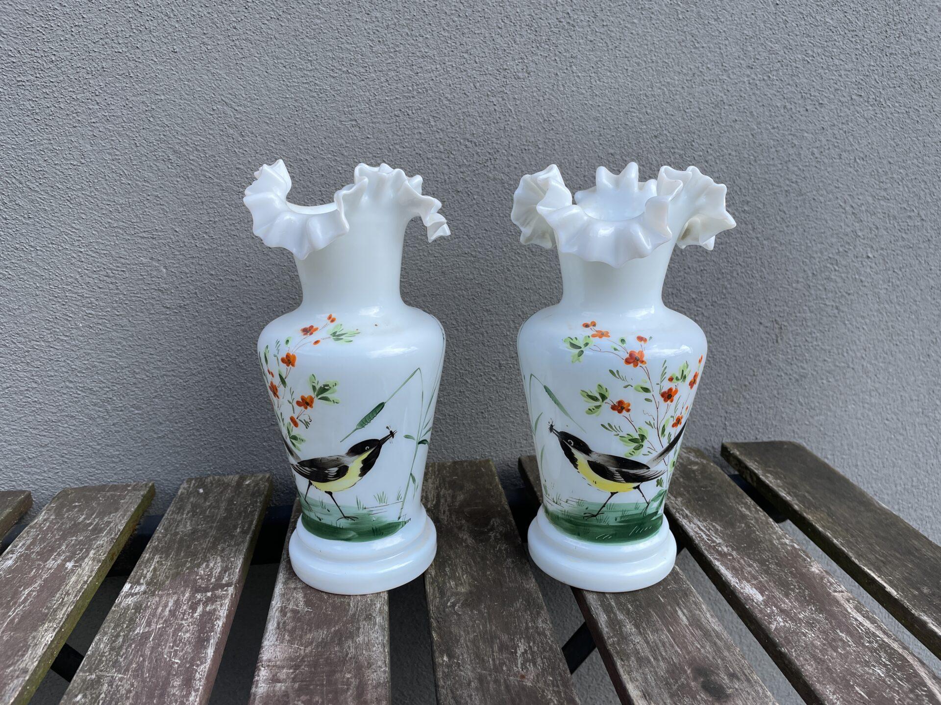 2 stk antikke vaser af opalineglas med flæsekant og bemaling, h= 23 cm, fejlfri, samlet pris 1000kr
