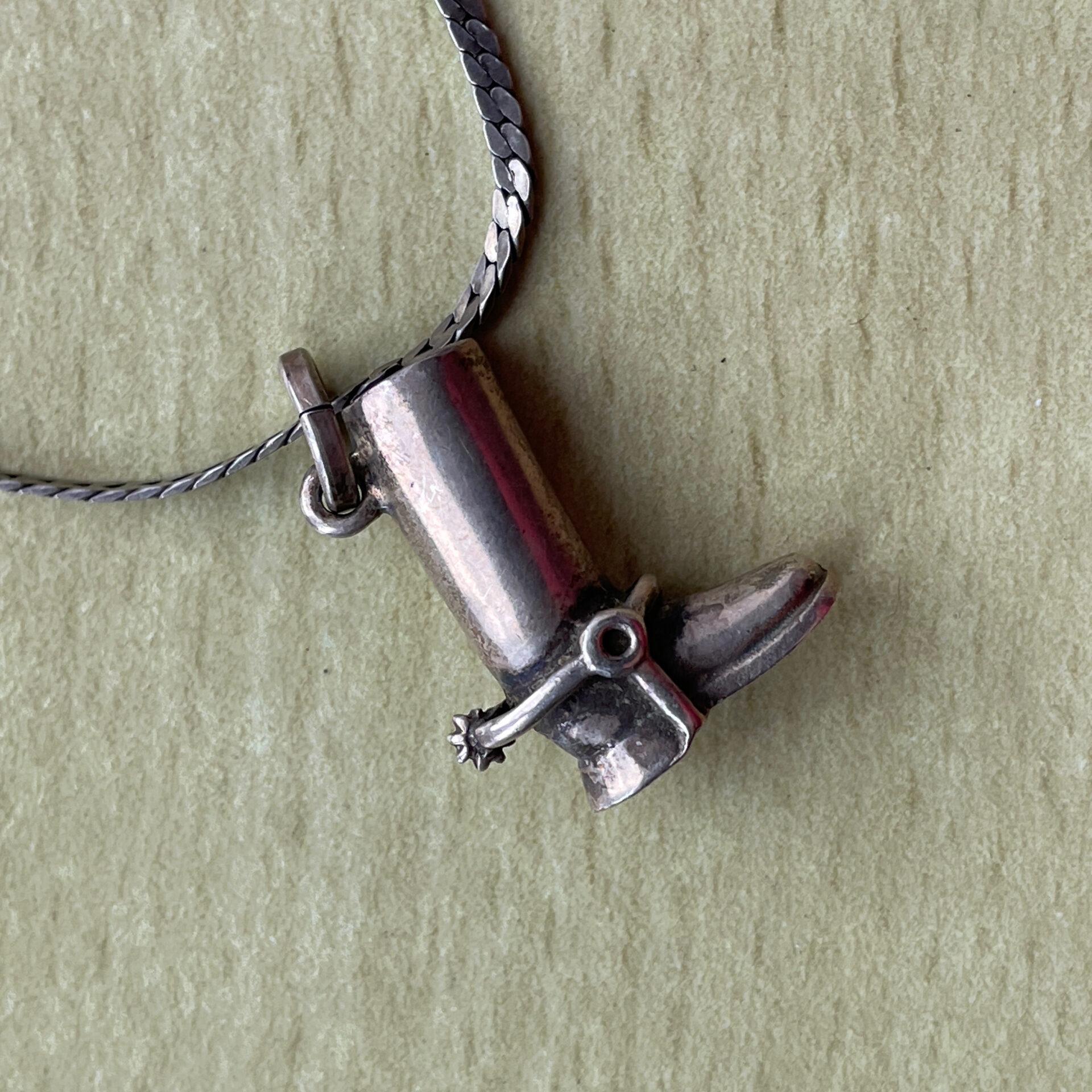Sterling sølvkæde med vedhæng i form af en ridestøvle. pris 300kr
