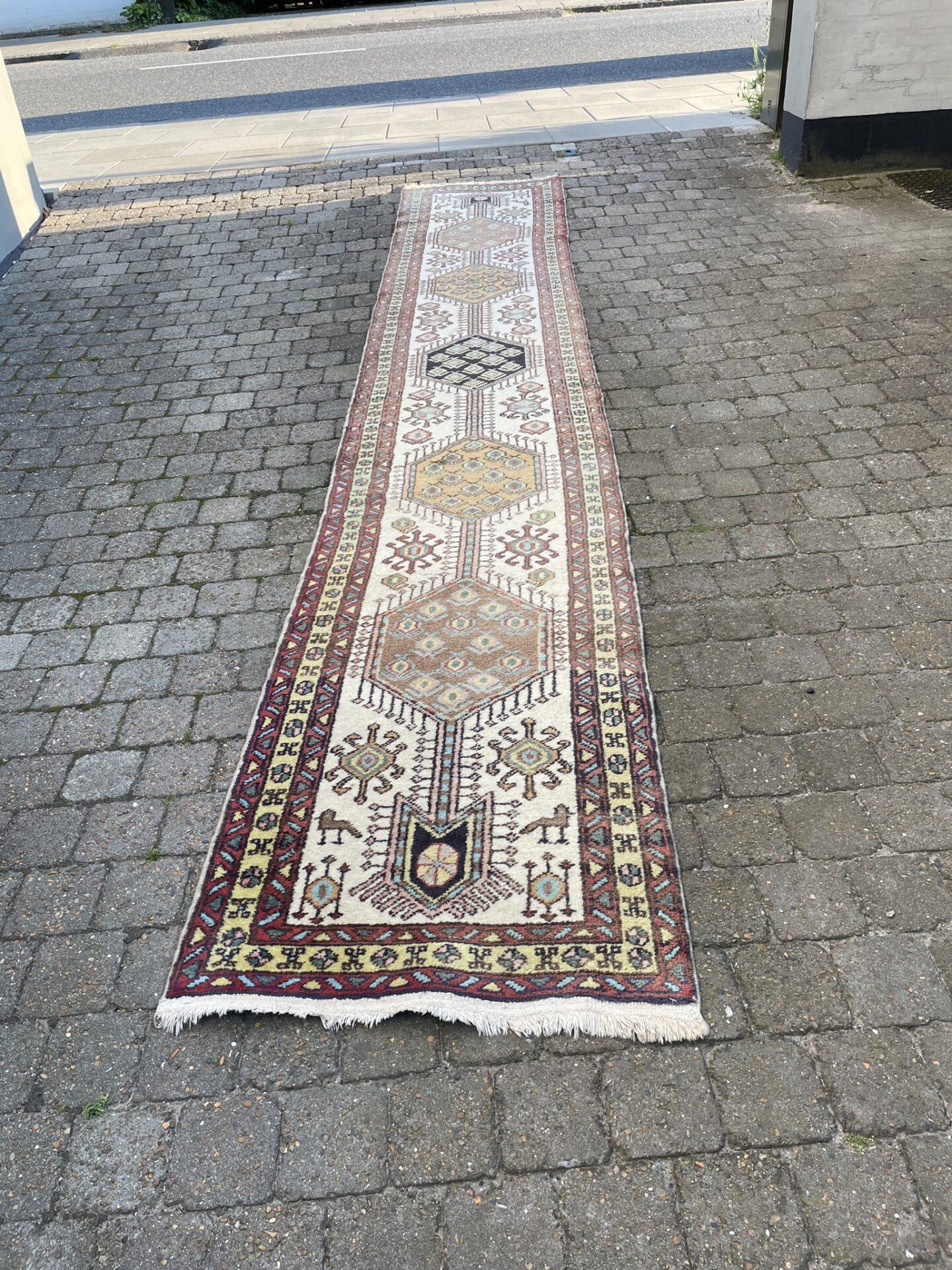 Ægte tæppe, Persien (Meshgin), l=4,34 m, b= 0,77 m. Pris 1500kr