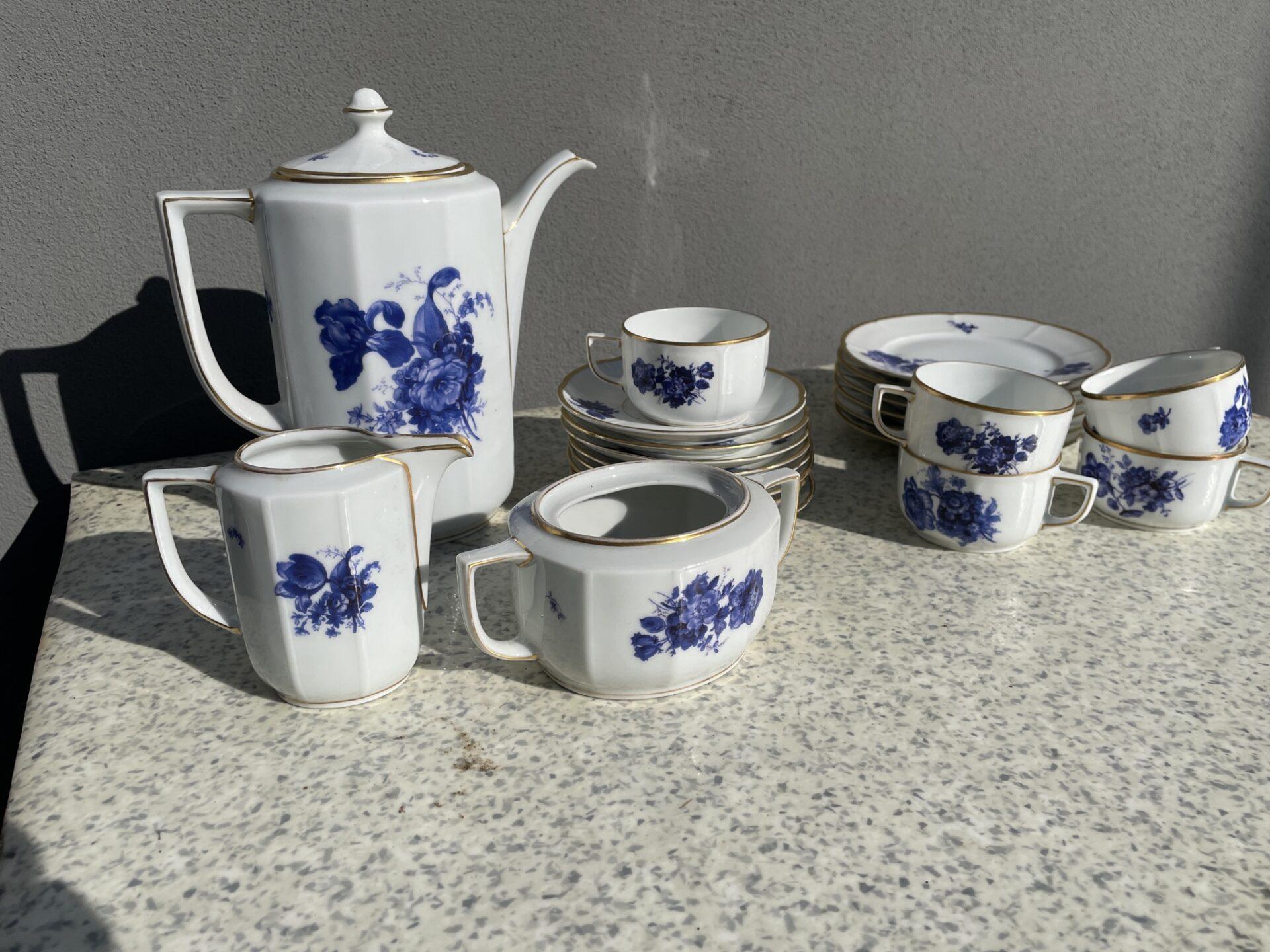 Blå Blomst moccastel (tysk porcelæn), mrk Bjerregaard, Trommesalen, samlet pris 200kr