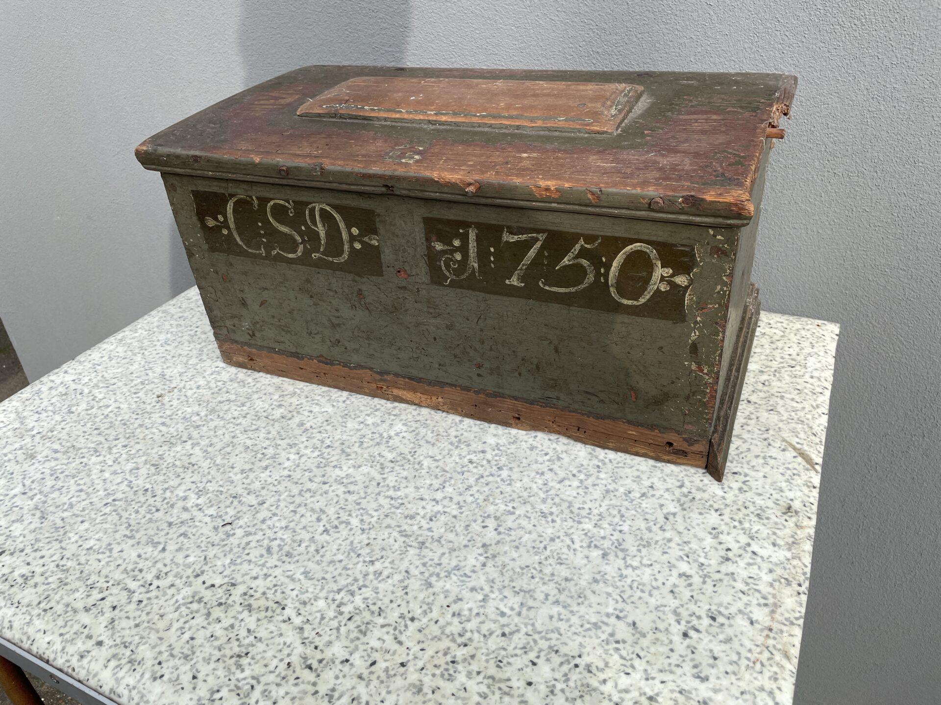 Lille kiste / skrin, original maling Anno 1750, fyrretræ, b=47 cm,h= 24 cm, d=26 cm. Pris 500kr