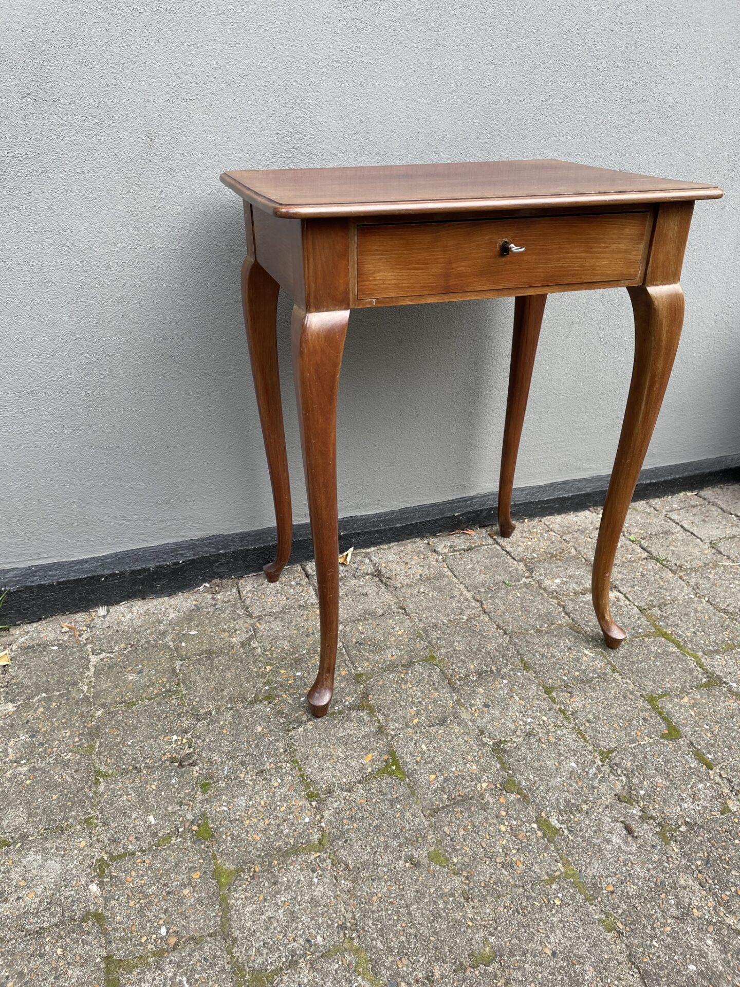 Velholdt mahogni sybord, h=75 cm, b=58 cm, d=42 cm. Pris 500kr
