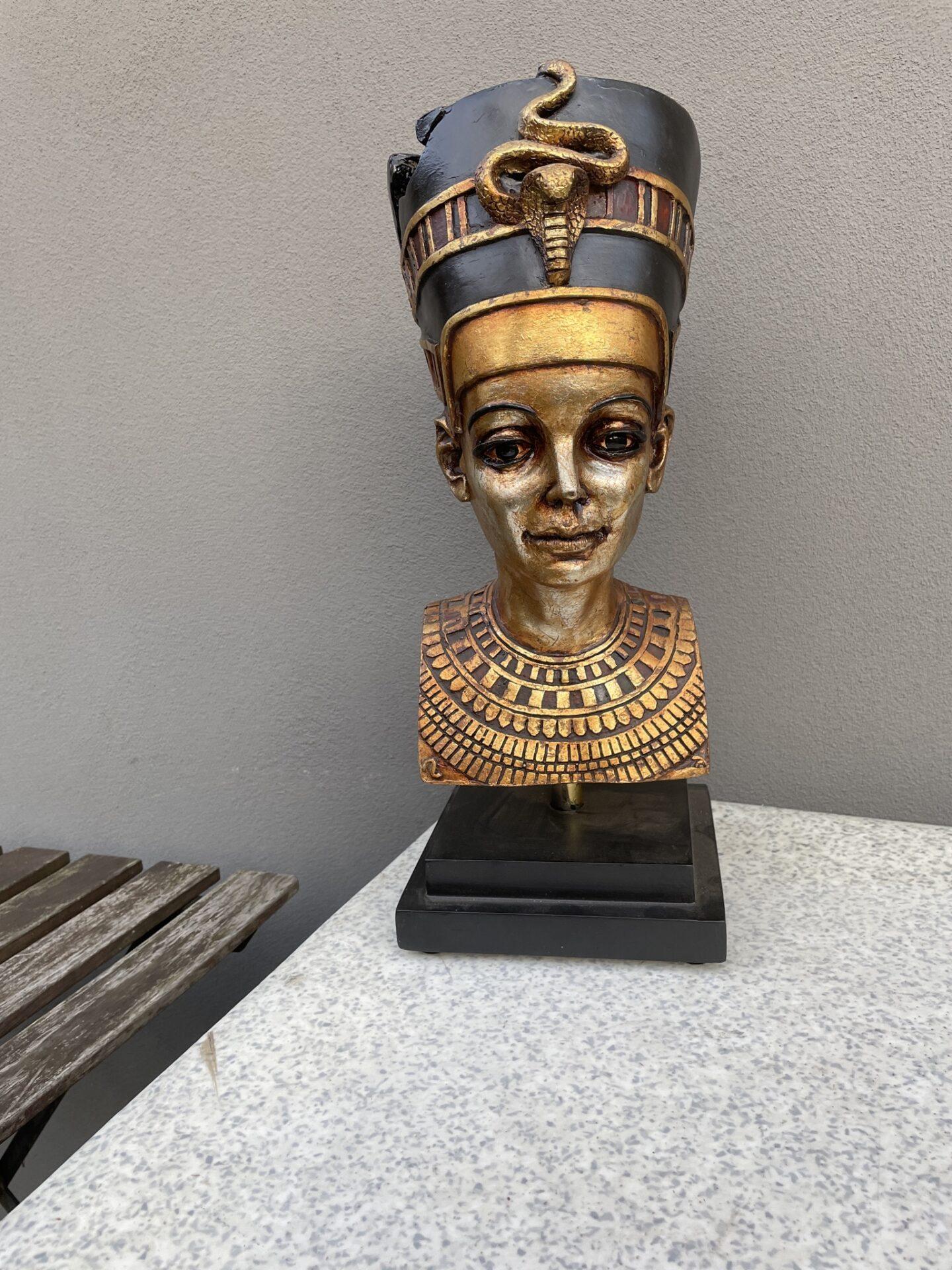 Buste af Dronning Nefertiti, h=45 cm, pris 500kr